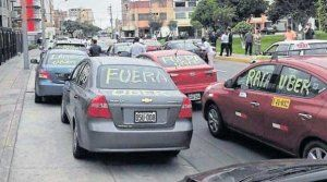 Vehicles ready to be taken to the impound get the mockery and anger from the official taxi sympathizes (Uber out, Uber rat…) painted on their cars - Picture (c) UCI